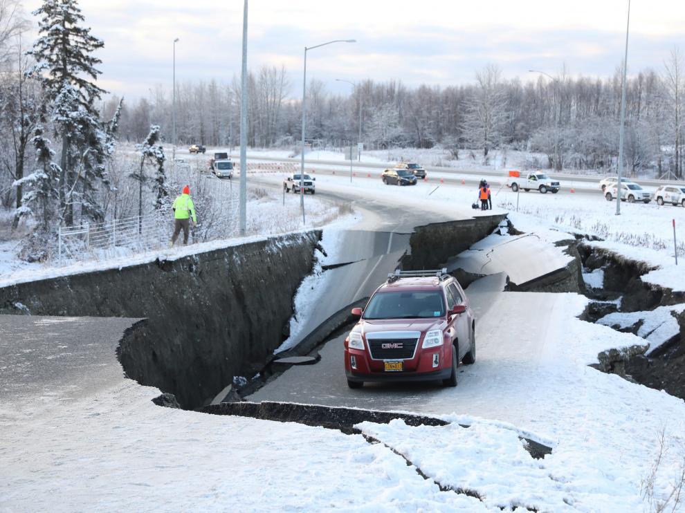 Una carretera, destrozada por el seísmo.