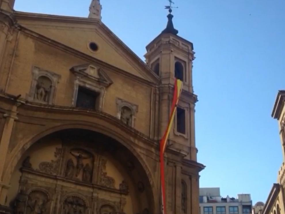 Una bandera nacional colgada en la fachada de la iglesia de Santa Bárbara