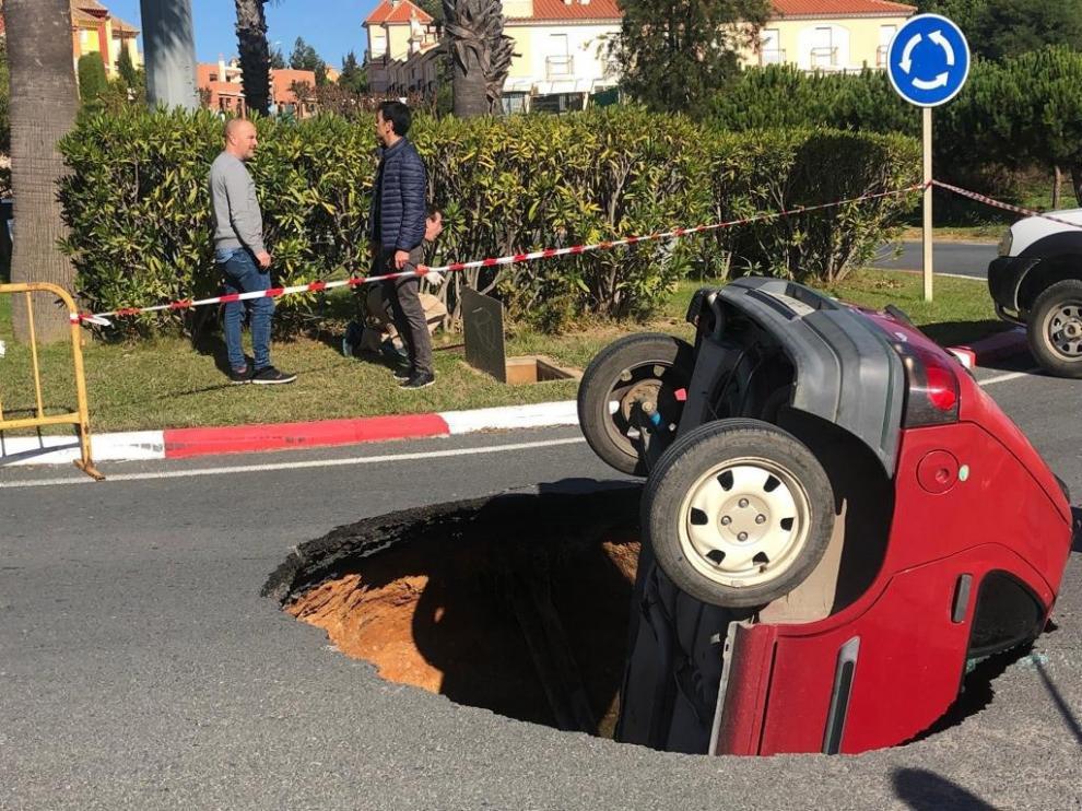 El coche quedó volcado