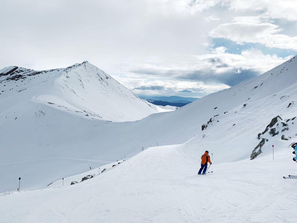 Primeros esquiadores deslizándose por la estación de Cerler