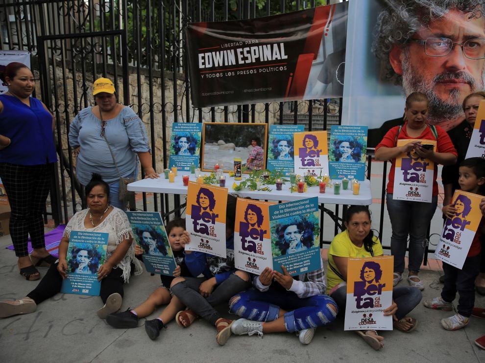 Un grupo en apoyo a Berta Cáceres se ha concentrado a las puertas del juzgado.