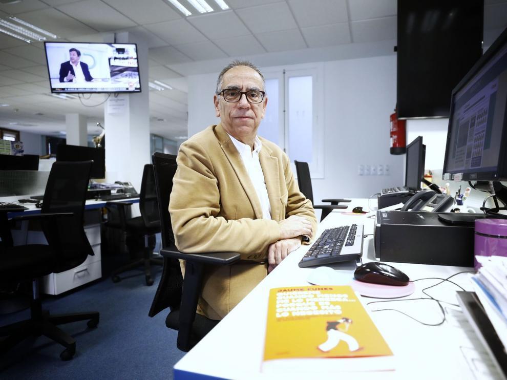 Jaume Funes, pedagogo, escritor y periodista, en la redacción de Heraldo.
