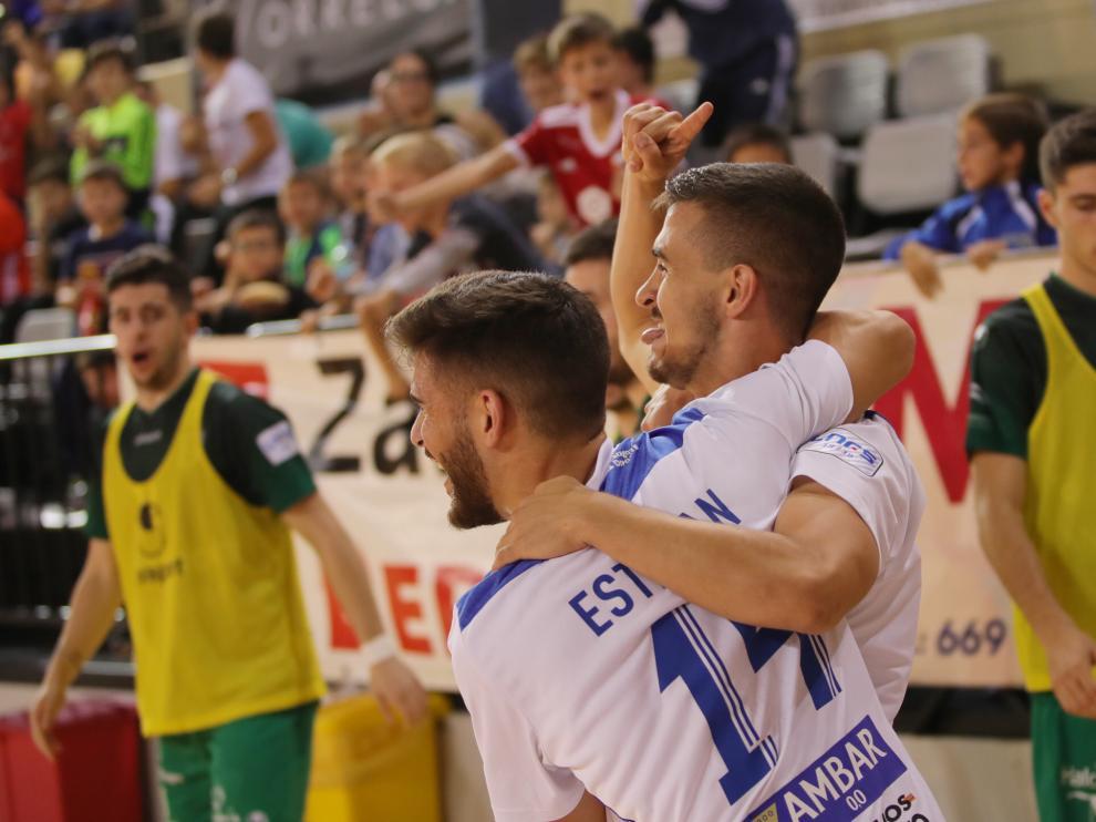 Los jugadores del Fútbol Emotion celebran un gol
