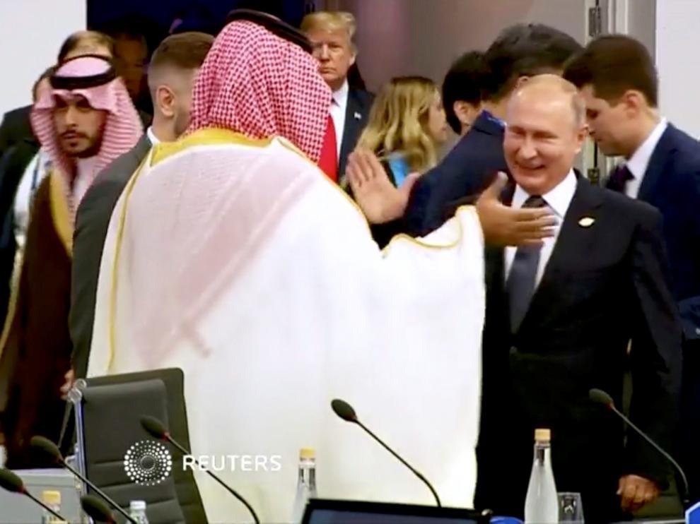 Putin y el príncipe heredero saudí chocan palmas en la cumbre del G20.