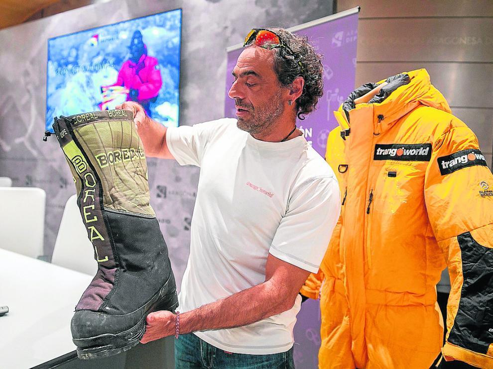 Pauner muestra las botas que utilizará en su próximo viaje a la Antártida.
