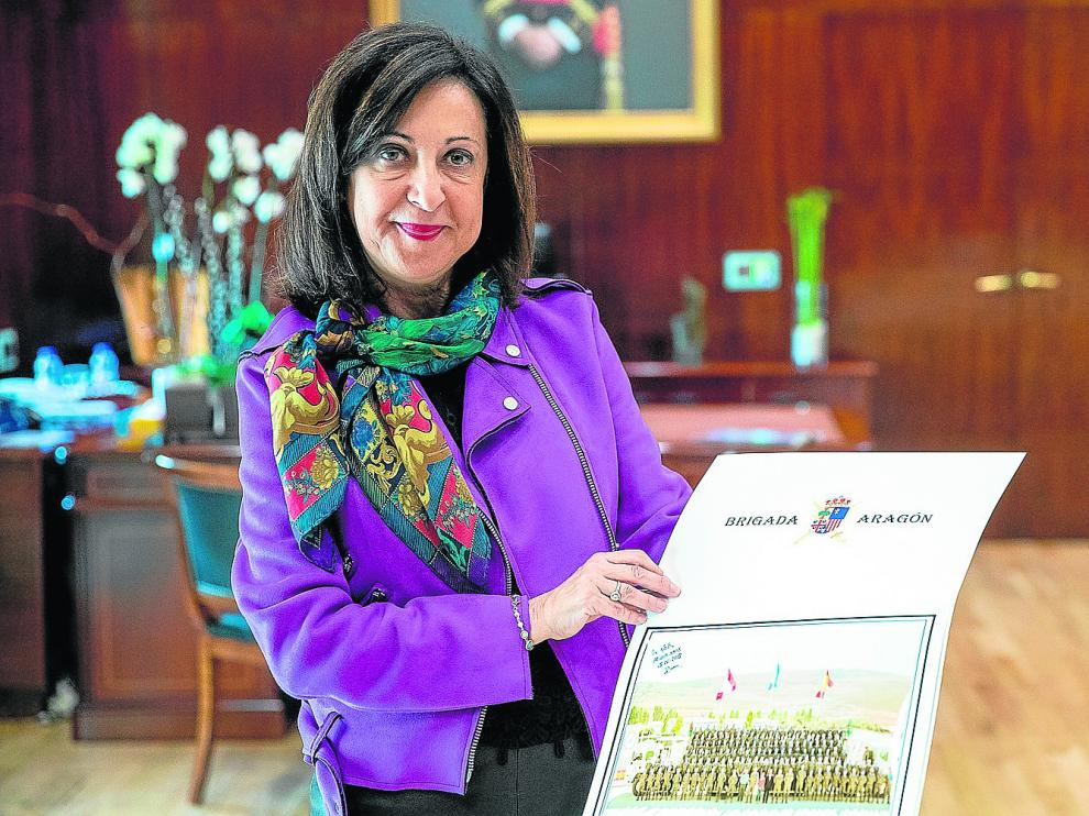 La ministra de Defensa, Margarita Robles, muestra un calendario de la Brigada Aragón I con una foto en su misión del Líbano.