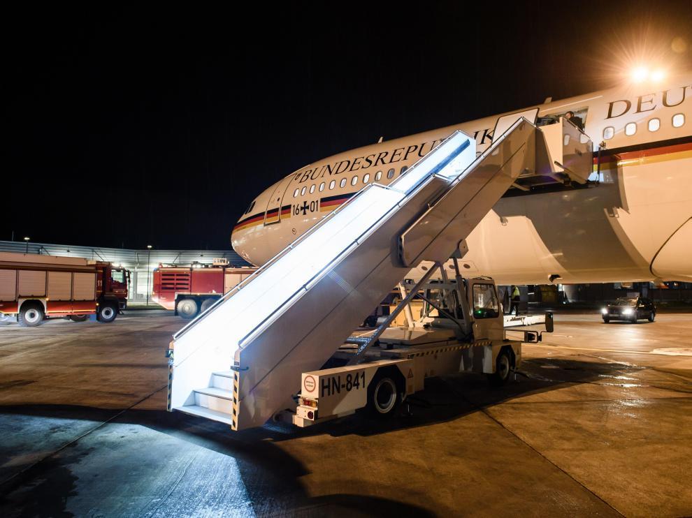 El avión de Merkel, en la pista del aeropuerto de Colonia donde se vio obligado a aterrizar por una avería.