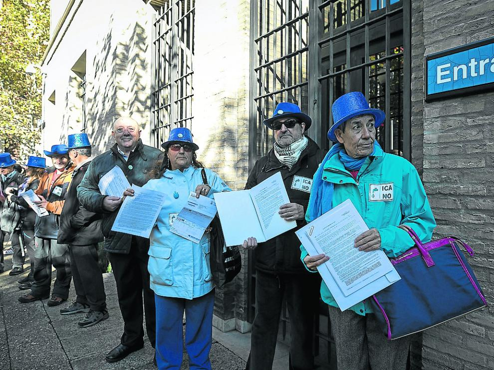 Los integrantes de la RAPA muestran sus reclamaciones con el ICA, ayer a las puertas del Pignatelli.