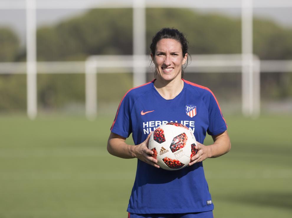 Silvia Meseguer, posando en la Ciudad Deportiva del Atlético Féminas.