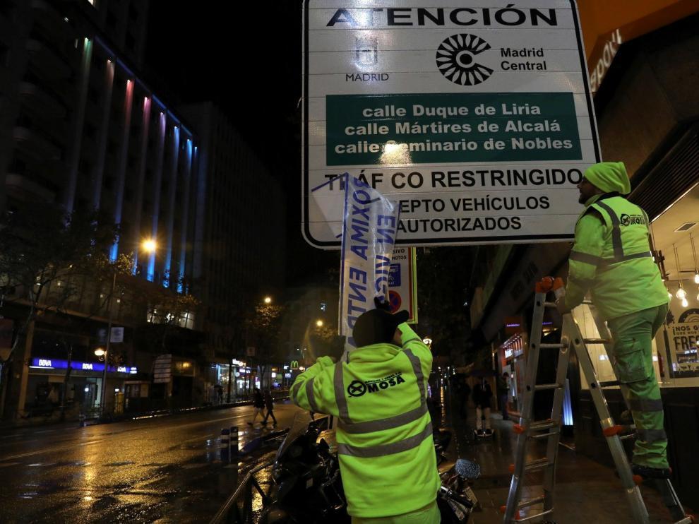 Colocación de las señales que restringirán el tráfico a partir de ahora.