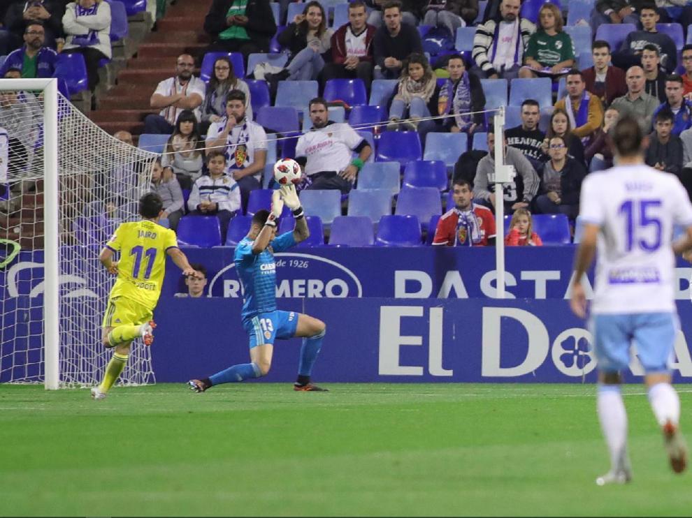 Momento en el que Vallejo anota el 0-1 en el partido Real Zaragoza-Cádiz de hace 40 días en La Romareda, en el torneo de Copa.