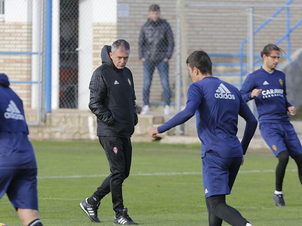 Lucas Alcaraz, serio, al inicio del entrenamiento de este sabado tras caer 0-1 contra el Cádiz en La Romareda. Detrás, en segundo plano, le observa Lalo Arantegui, el director deportivo.