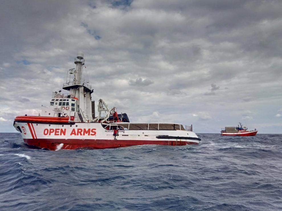 """Fotografía facilitada por Open Arms cuyo barco de rescate ha pedido a la autoridad de salvamento marítimo (SASEMAR) que autorice la transferencia de los 11 migrantes rescatados por el pesquero """"Nuestra Madre de Loreto"""", donde la situación es muy crítica tras diez días de bloqueo."""