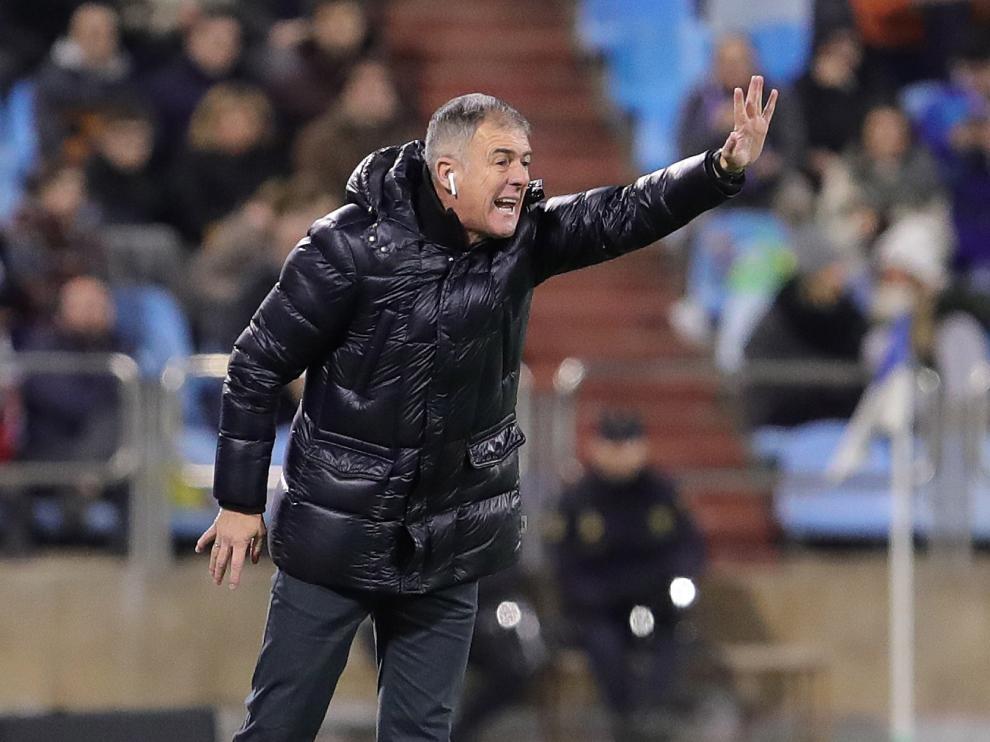 El entrenador del Real Zaragoza, Lucas Alcaraz, da instrucciones en el partido contra el Cádiz
