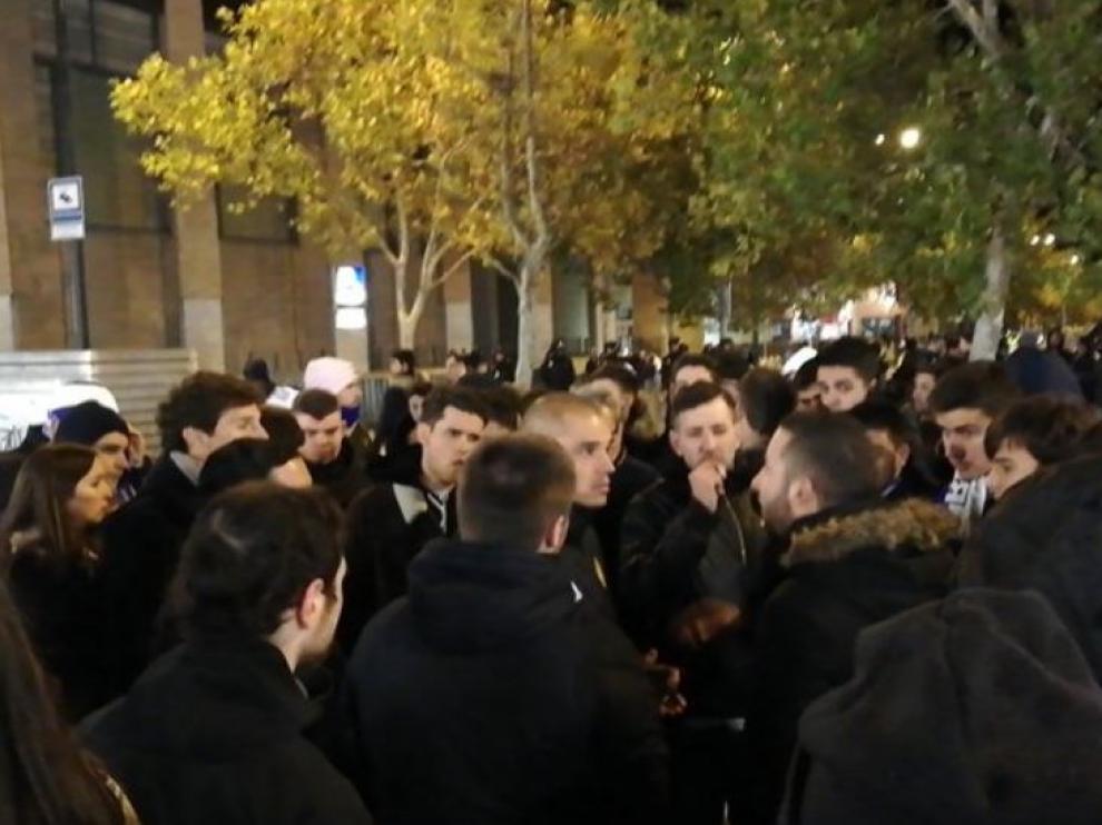 Pombo, en el centro, rodeado de un grupo de aficionados zaragocistas que esperaron la salida de los jugadores en la medianoche del viernes tras la derrota por 0-1 ante el Cádiz.