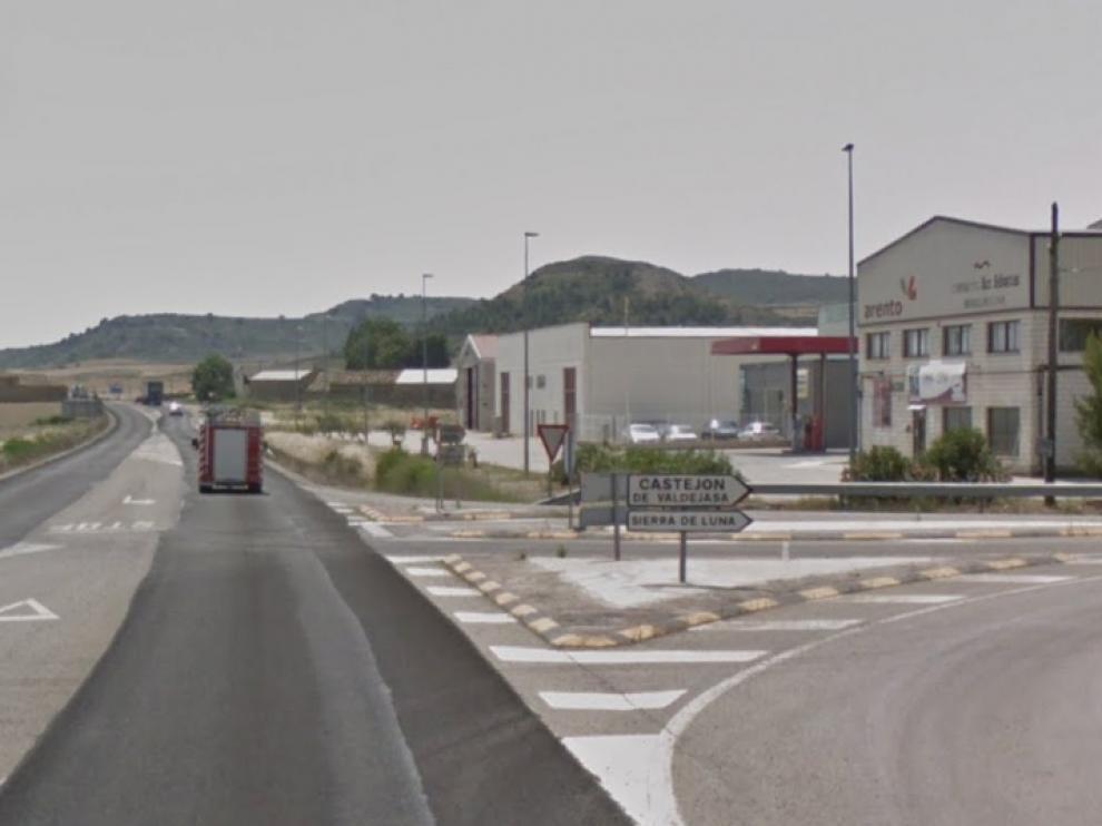 El accidente mortal se produjo a un kilómetro del casco urbano de Sierra de Luna, en la A-124, en dirección hacia Erla.