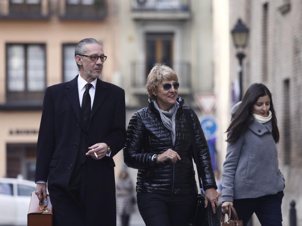 La exalcaldesa, acompañada de su abogado, Santiago Palazón, a su llegada a la Audiencia de Zaragoza este lunes.