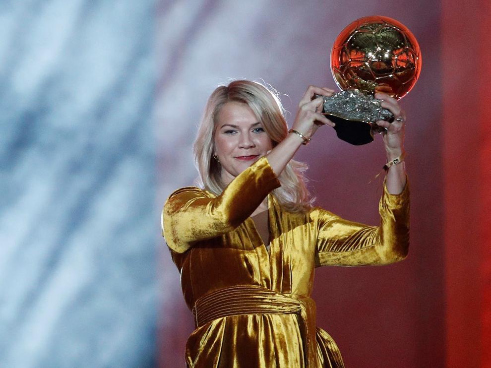 Ada Hegerberg posando con su trofeo