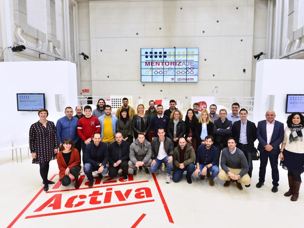 La consejera de Empleo, Marta Gastón, y el presidente de la AJE, Pedro Lozano, junto a las compañías y emprendedores de la iniciativa.
