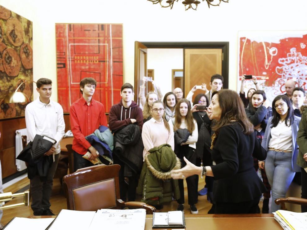 Carmen Sánchez, este lunes, charla en su despacho con los estudiantes de Bachillerato que han visitado la Delegación.