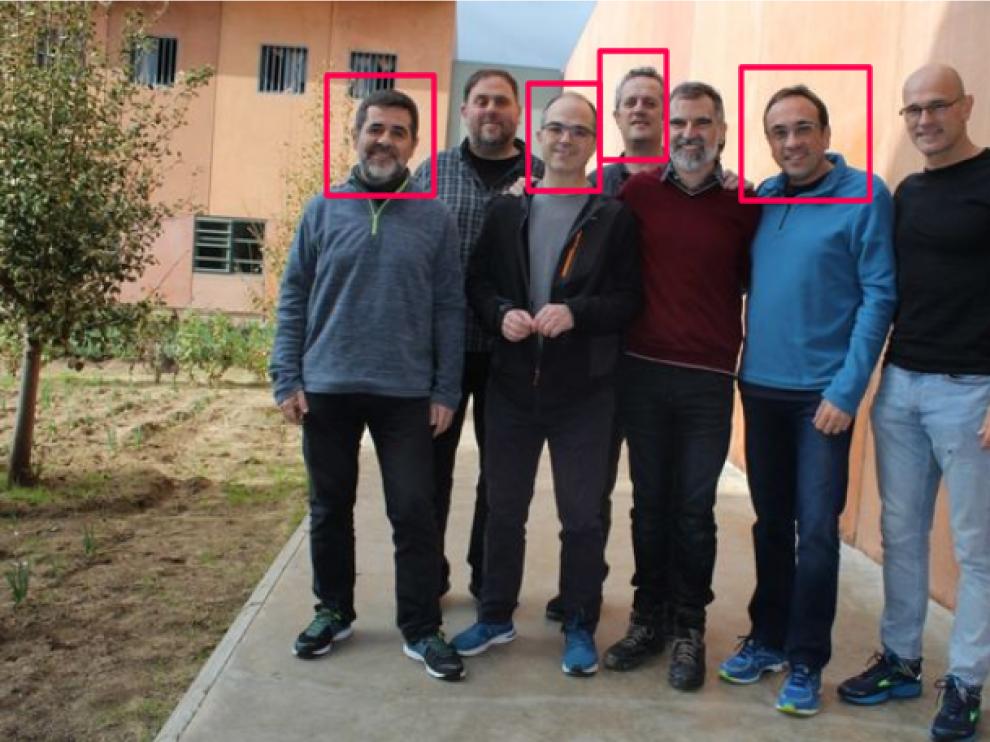 Imagen difundida de los siete líderes independentistas encarcelados en Lledoners. Rull, Forn, Sànchez y Turull (señalados en rojo) son quienes han comenzado una huelga de hambre