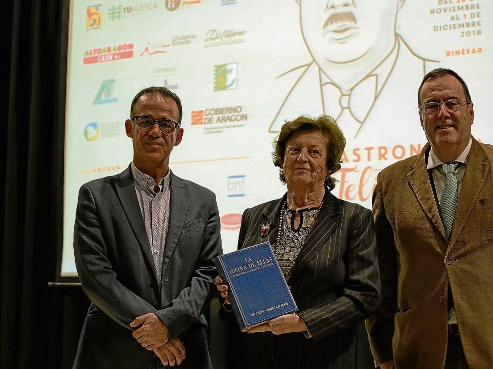 Ymelda Moreno, con un libro de Bardají, junto a Javier García Antón (dcha.), del 'Diario del Alto Aragón' y Felipe Puy, de Radio Binéfar.