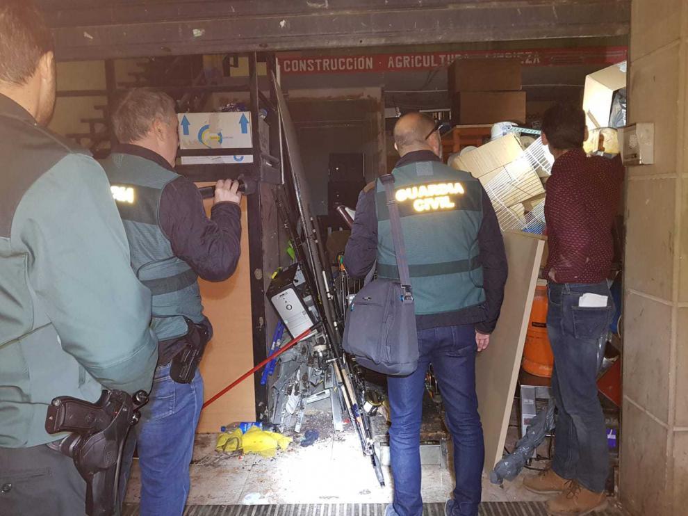 Los agentes registraron un almacén propiedad de uno de los detenidos.