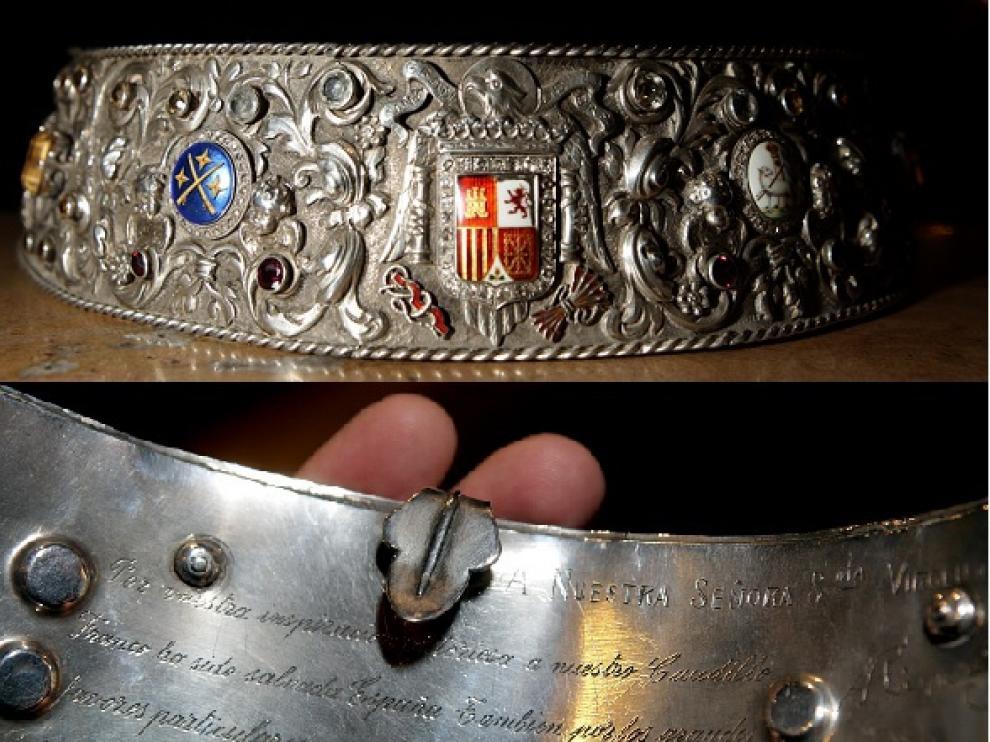 Dos detalles de la pieza que se ha retirado. Arriba se ven los escudos y los esmaltes, y en la parte de abajo, el reverso con la inscripción.