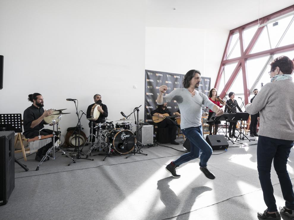 Miguel Ángel Berna, bailando con su antigua profesora de canto de jota, Natividad Vela