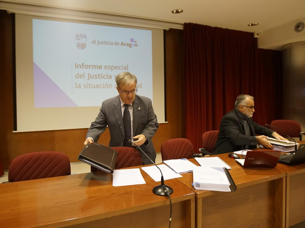 Ángel Dolado se dispone a tomar asiento junto a Javier Hernández en Teruel.