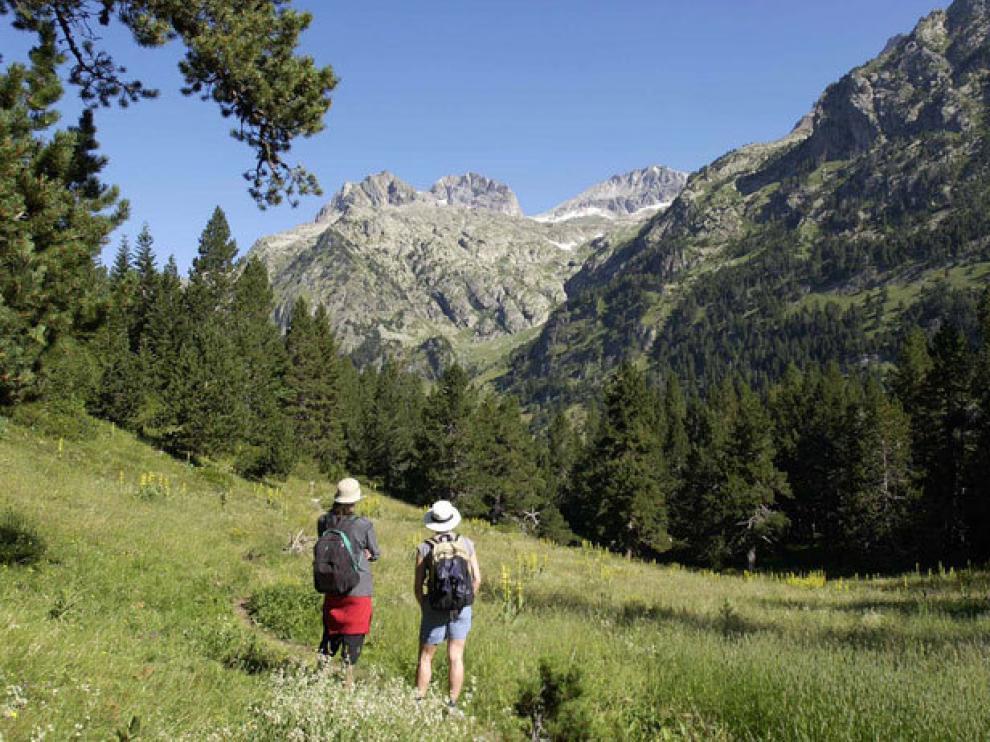 Unos excursionistas en el valle de Estós.