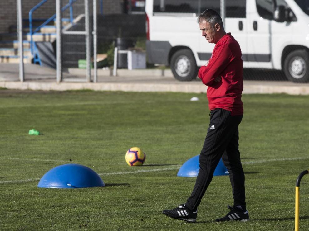 Lucas Alcaraz, ayer en la Ciudad Deportiva, observa en solitario y con atención el entrenamiento de sus jugadores.