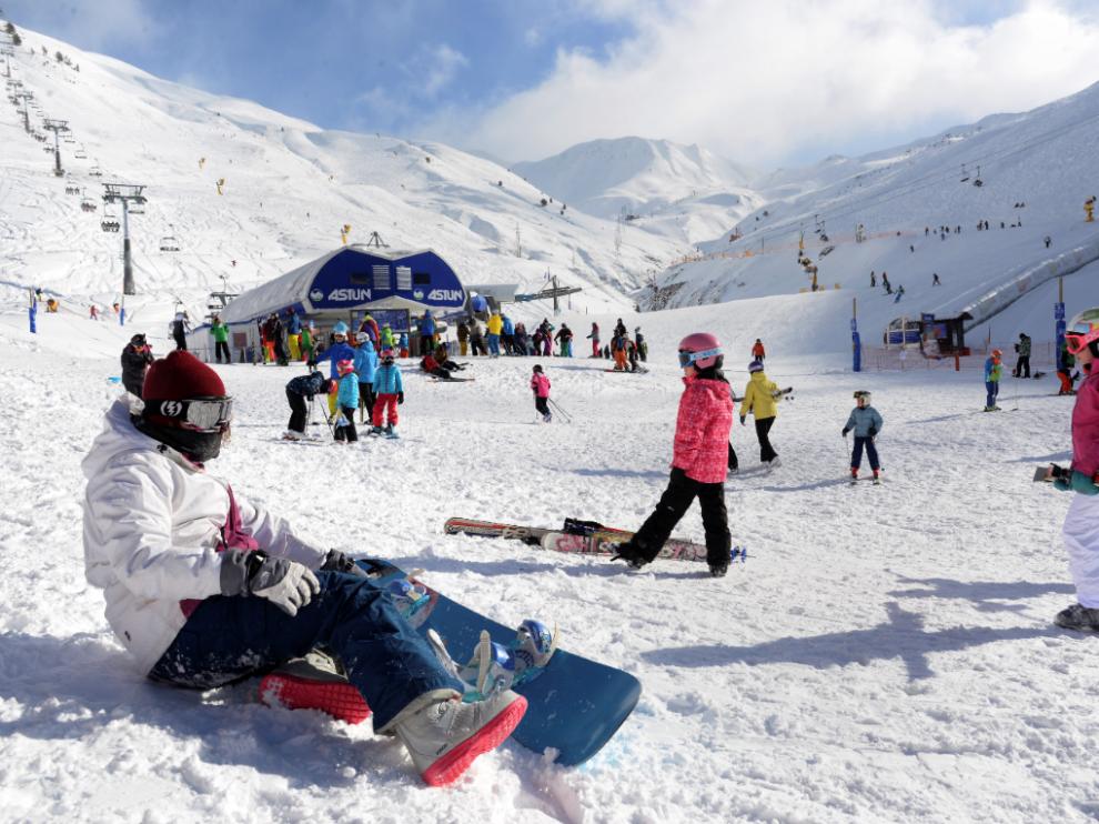 Esquiadores en la estación de Astún