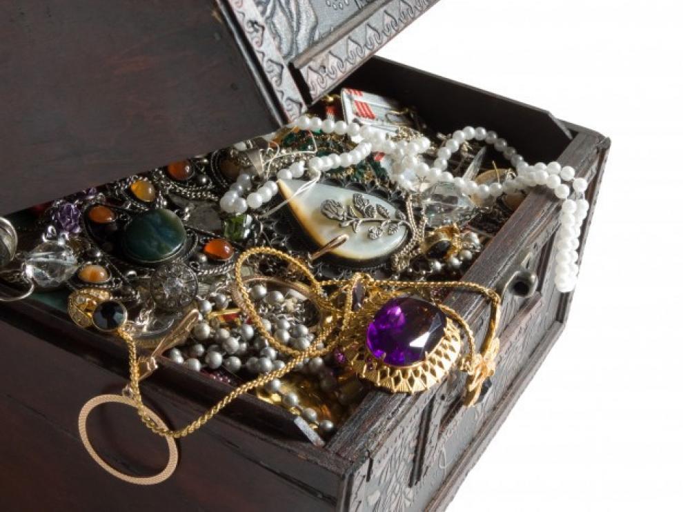 El hombre también pagó a la pitonisa con joyas (dos cadenas de oro y una alianza) e incluso las escrituras de unas parcelas de garajes.