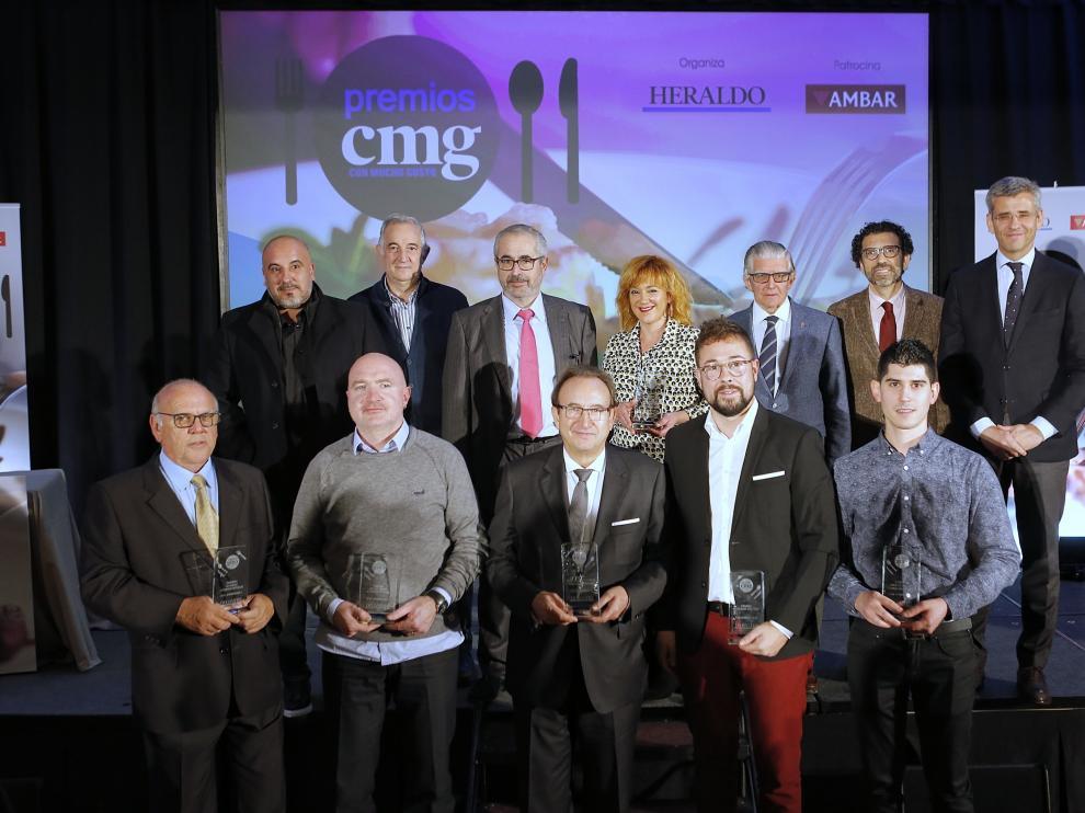 Foto de grupo de los premiados, con los patrocinadores, autoridades y responsables de HENNEO y de HERALDO DE ARAGÓN.
