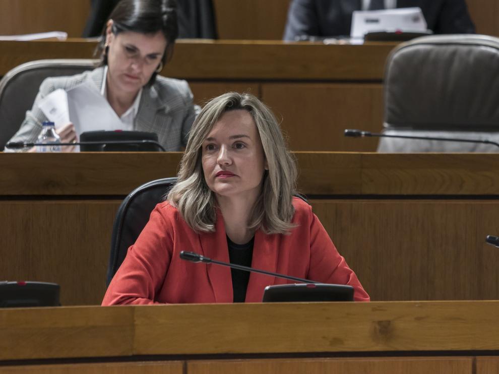 La consejera de Innovación, Investigación y Universidad, Pilar Alegría en el pleno de las Cortes.