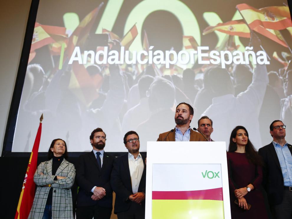 Abascal, en el centro, compareciendo ante los medios tras alas elecciones andaluzas