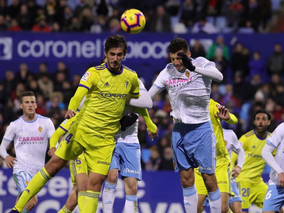 Un momento del partido Real Zaragoza-Cádiz del pasado viernes.