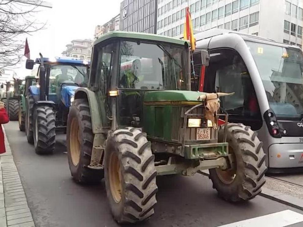 Más de 300 tractores cruzan Zaragoza en protesta por los precios del gasóleo