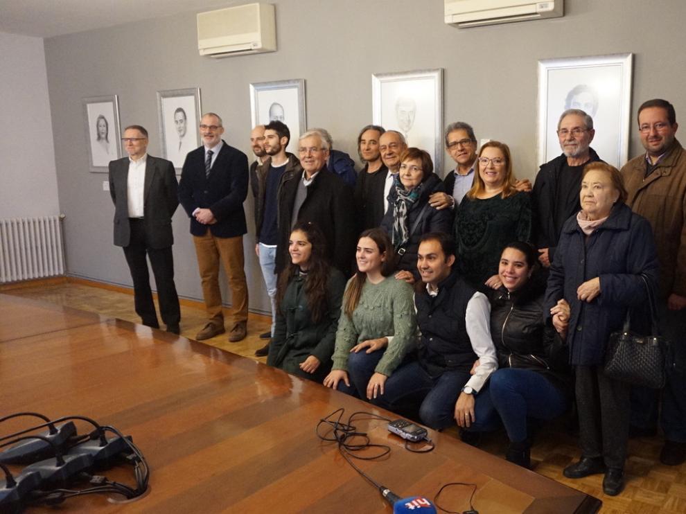 Los alcaldes homenajeados junto a sus familiares, miembros de la corporación municipal y el senador Marcelino Iglesias