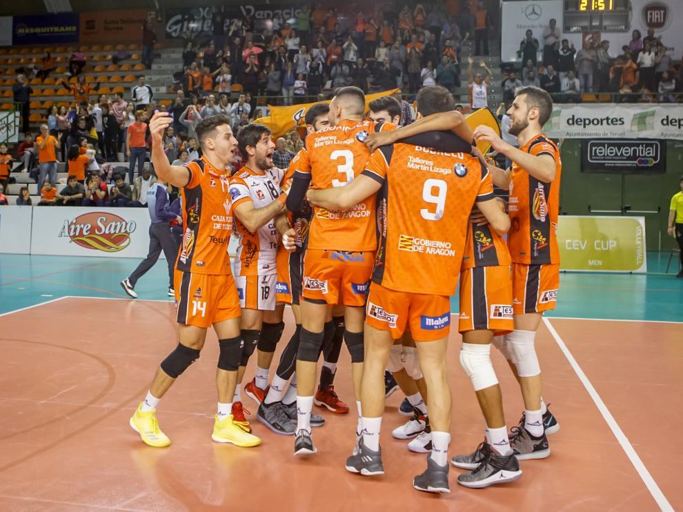 Los jugadores del CV Teruel celebran el pase a octavos en Los Planos tras un final de partido de infarto.