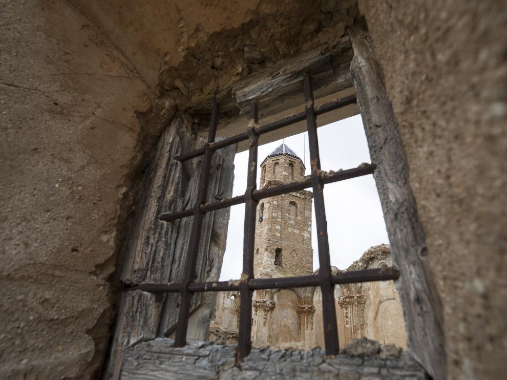 Campanario de la antigua iglesia de la Asunción, a través de un ventanuco lateral.
