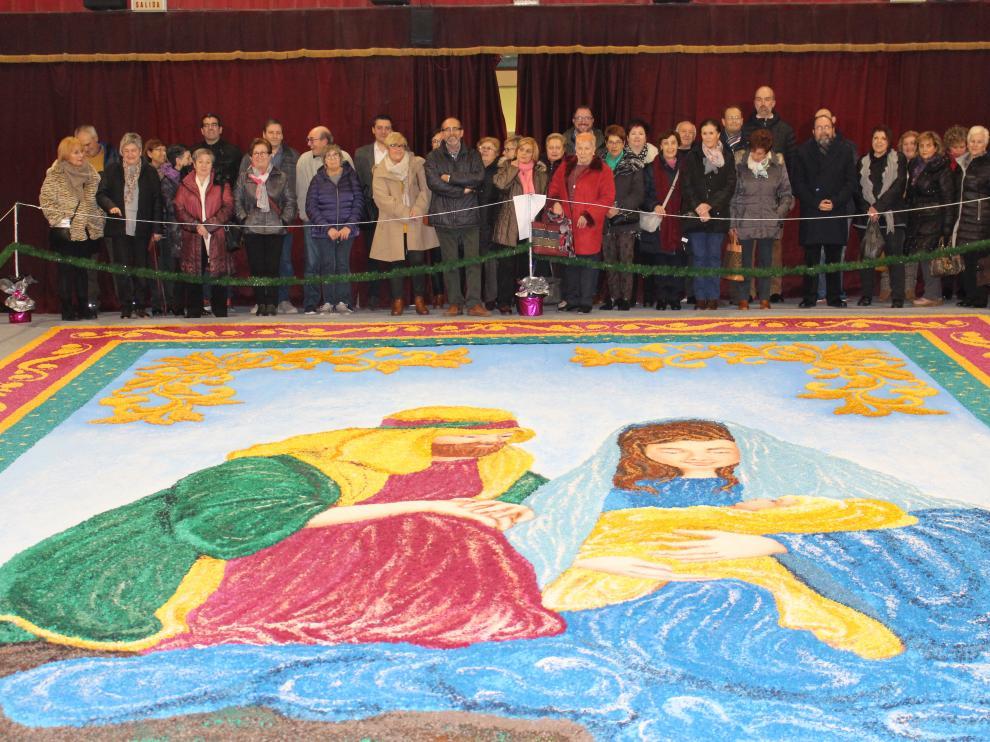 Entre 8 y 10 personas han empleado 400 horas de trabajo para hacer el belén alfombrado de Tamarite