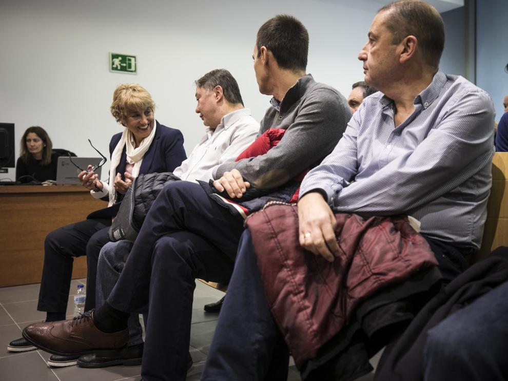 María Victoria Pinilla habla con Fernando Barba poco antes de comenzar la vista oral.