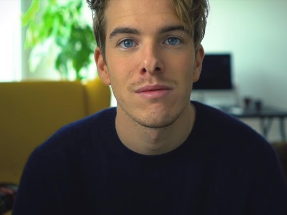 El 'youtuber' zaragozano Álex Puértolas en un instante del vídeo 'Me muero'.