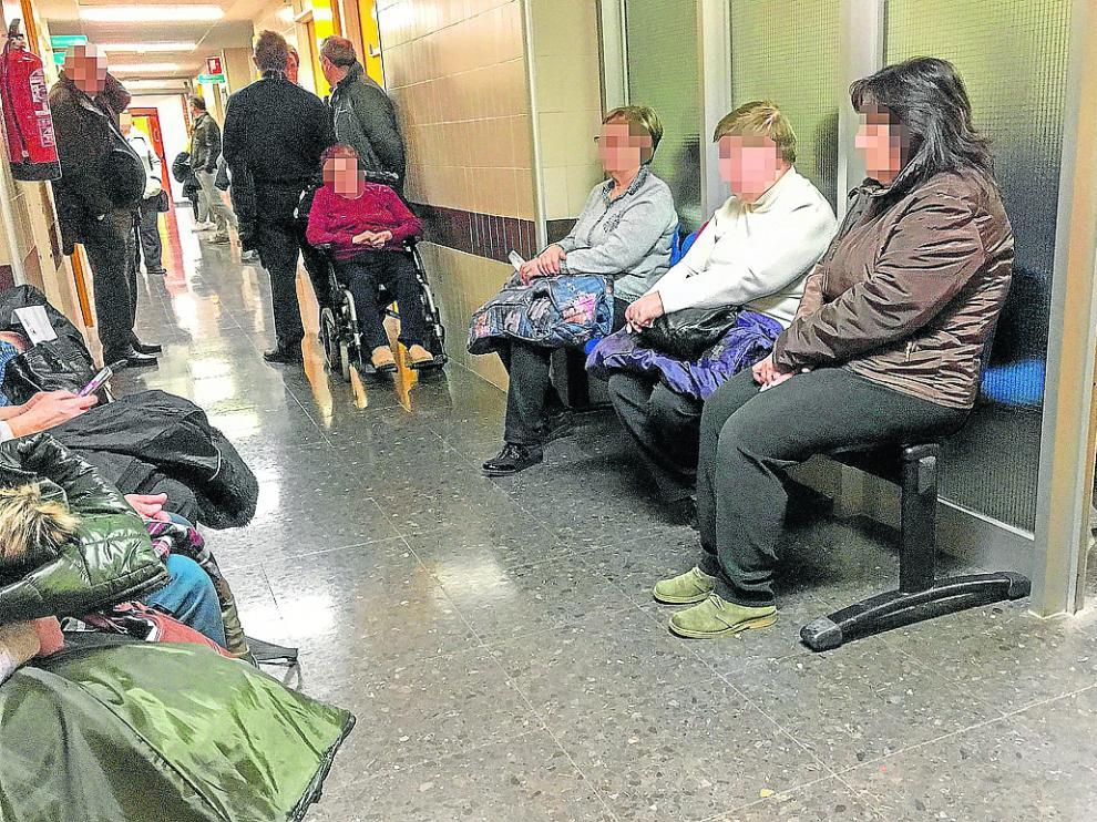 Varios pacientes aguardan en el pasillo, ayer, para entrar a la consulta de Oftalmología.