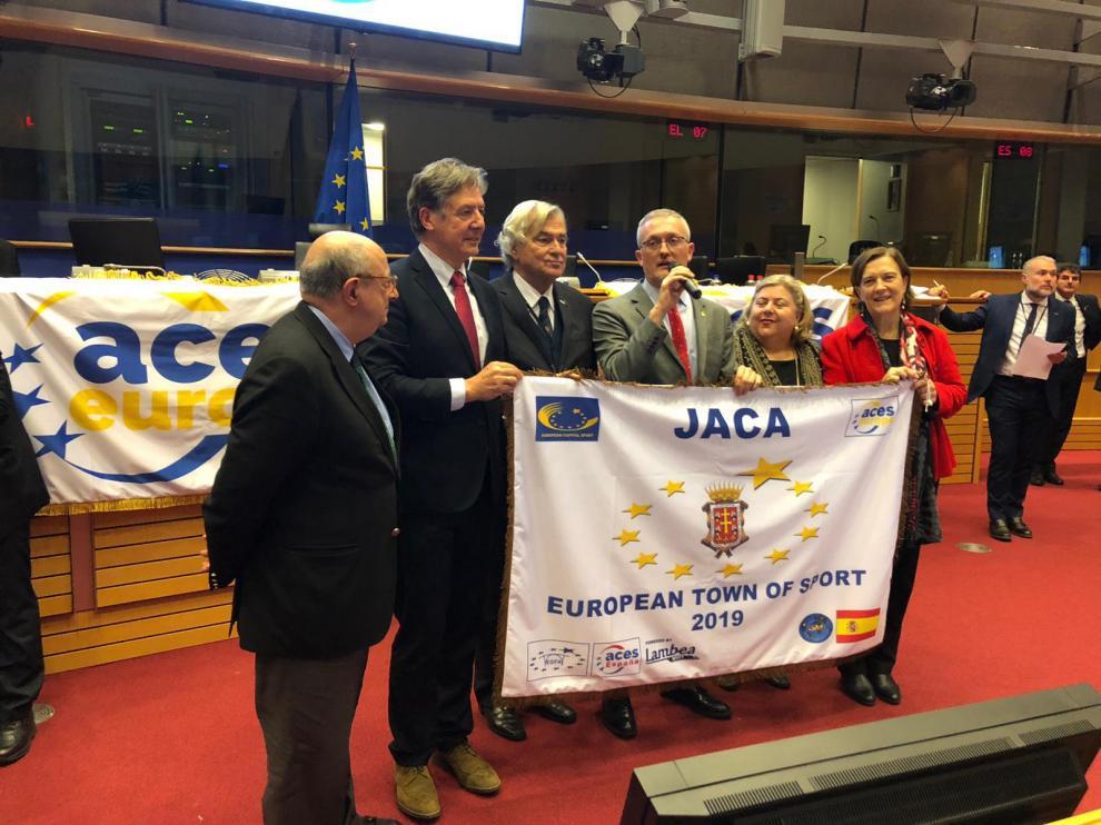 El alcalde de Jaca, Juan Manuel Ramón, y el concejal de deportes, Enrique Muñoz recogieron el galardón en la sede del Parlamento Europeo de Bruselas.