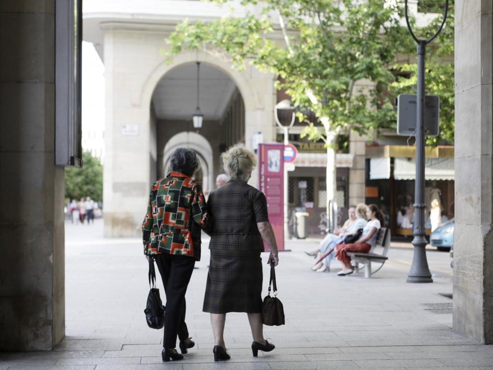 Dos ancianas caminan por una céntrica calle de Zaragoza