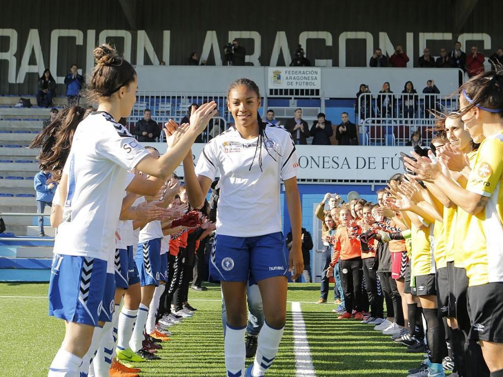 La campeona del mundo Salma Paralluelo, homenajeada al inicio del partido entre el Zaragoza CFF y el CE Europa