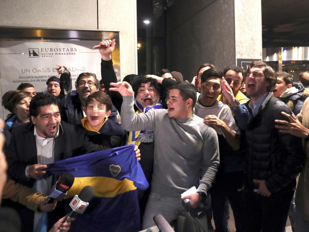 Aficionados del Boca Juniors reciben a sus jugadores en Madrid